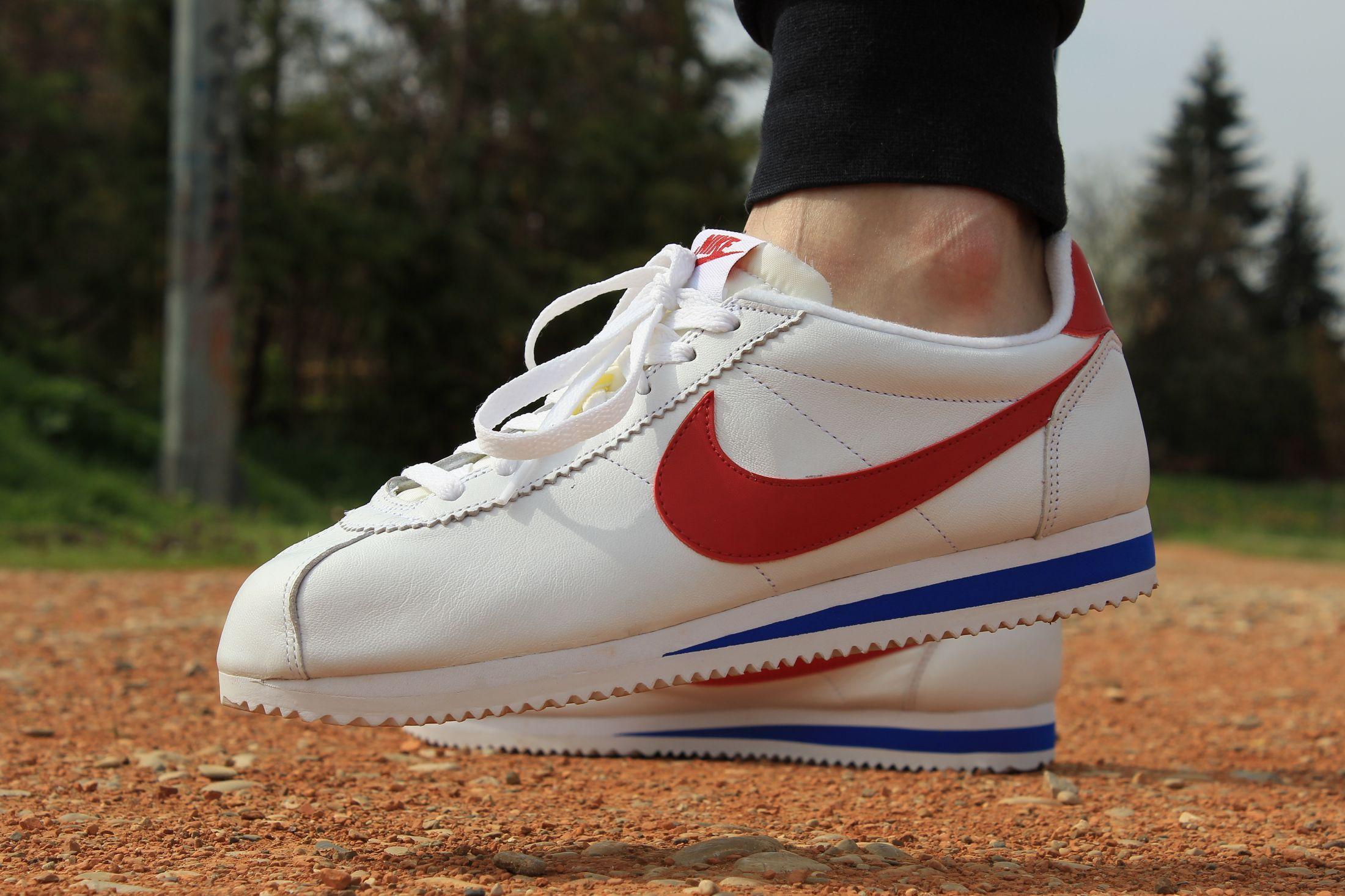 sports shoes efbee f6c68 Osnovna bijela boja kože od koje je izrađena odiše prefinjenim izgledom i  kvalitetom, jer je tenisica prvenstveno služila za trčanje.